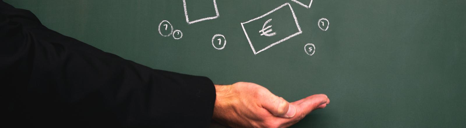 Ein Arm an einer Tafel auf die Euromünzen und-scheine gezeichnet sind