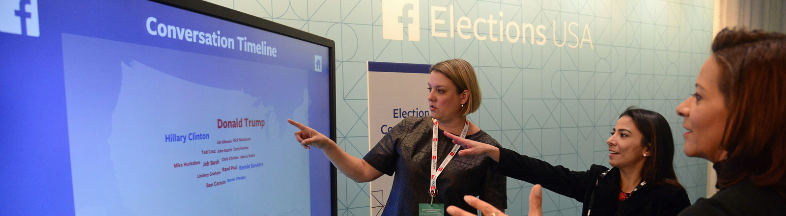 Eine Mitarbeiterin von Facebook demonstriert den Facebook-Monitor, der die Wahlkampf-Debatte der republikanischen Präsidentschaftskandidaten abbildet. (15.12.2015)