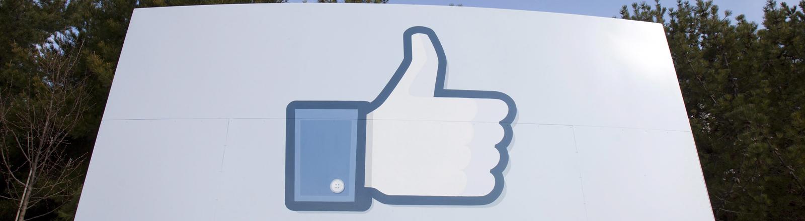 Der Facebook-Daumen auf einem Schild in Menlo Park, Kalifornien, USA