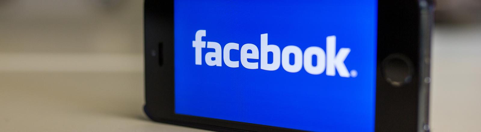 Das Logo von Facebook ist am 31.10.2014 in Berlin auf einem iPhone 5s zu sehen.