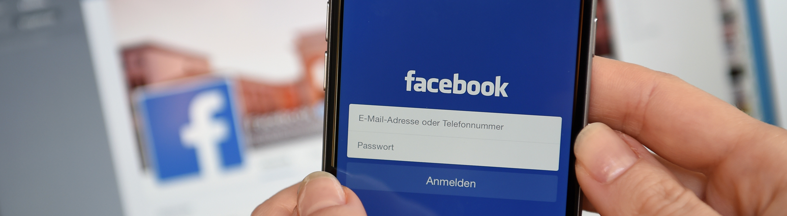 """Auf dem Display eines iphone6 wird am 20.03.2015 die App des sozialen Netzwerkes """"facebook"""" angezeigt."""