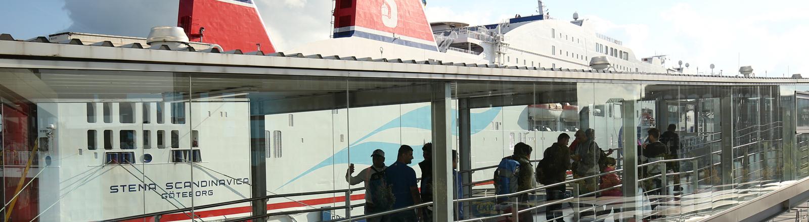 Flüchtlinge und andere Reisende gehen am 10.09.2015 am Schwedenkai in Kiel (Schleswig-Holstein) an Bord eines Fährschiffes der Stena-Line.