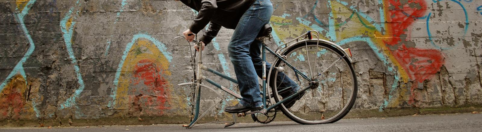 Ein Fahrrad bei dem das Vorderrad fehlt