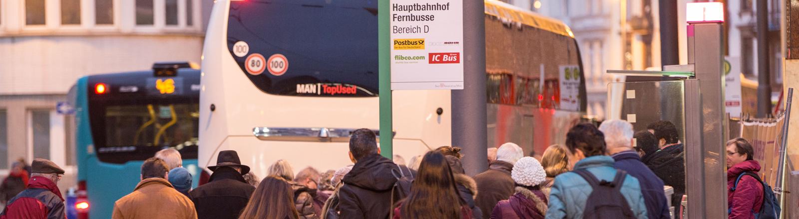 Reisende steigen am 30.12.2015 in Frankfurt am Main (Hessen) in unmittelbarer Nähe des Hauptbahnhofs in einen Fernbus.