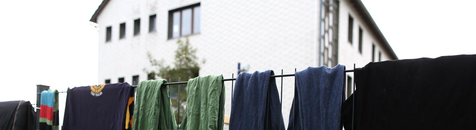 Wäsche hängt zum Trocknen über einem Zaun am 29.09.2014 in Burbach (Nordrhein-Westfalen).