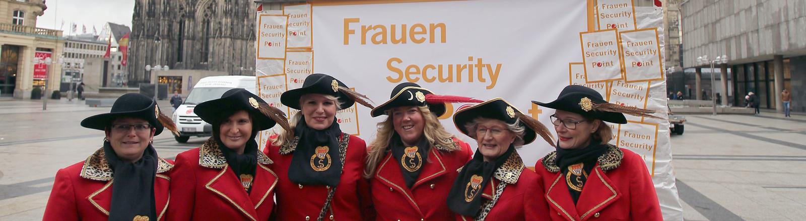 """Mitglieder der Frauen-Karnevalsgesellschaft """"Schmuckstückchen"""" stehen am 03.02.2016 in Köln (Nordrhein-Westfalen) vor dem """"Frauen Security Point"""" am Dom."""