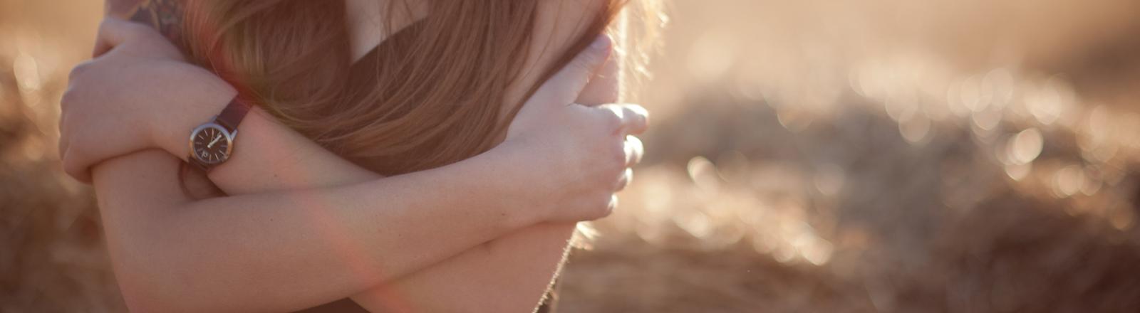 Eine junge Frau friert