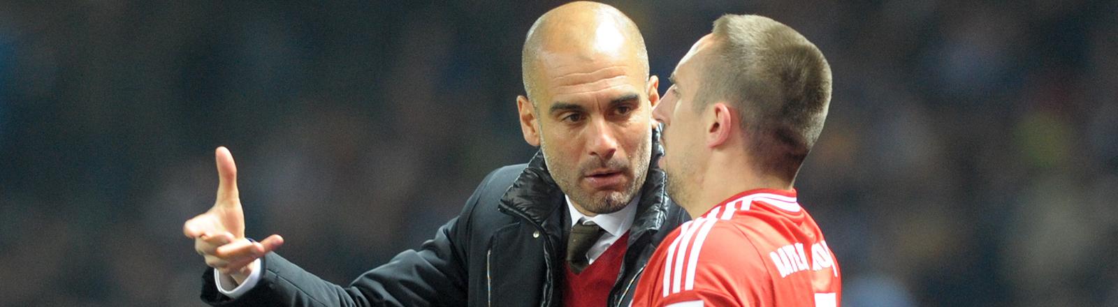 Trainer Josep Guardiola (l-r) spricht mit Franck Ribery vom FC Bayern München.
