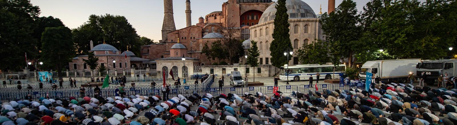10.07.2020, Türkei, Istanbul: Zahlreiche Muslime versammeln sich vor der Hagia Sophia zum Abendgebet nach der Gerichtsentscheidung zur Umwandlung der Hagia Sophia von einem reinen Museum in eine Moschee.