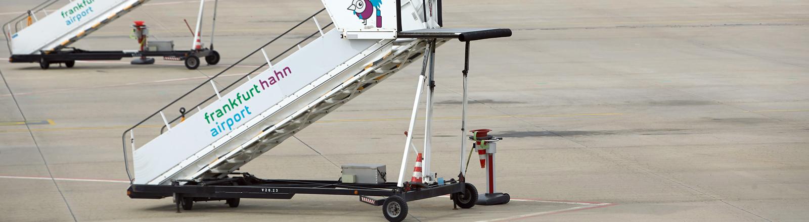 Passagiertreppen sind am am 04.04.2014 auf dem Vorfeld des Flughafens Hahn in Lautzenhausen (Rheinland-Pfalz) abgestellt.