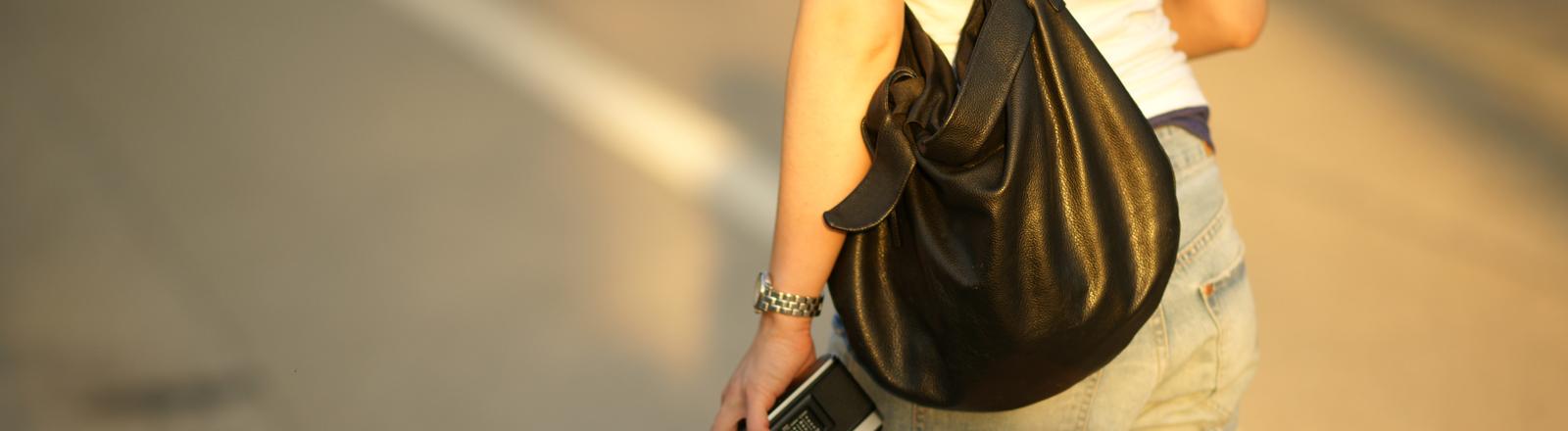 Ein Frau mit Handtasche