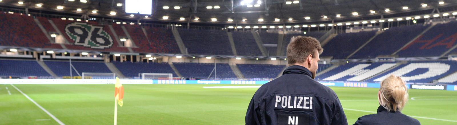 Zwei Polizisten stehen am frühen Morgen des 18.11.2015 in der leeren HDI-Arena in Hannover (Niedersachsen). Hier sollte am Vorabend das Länderspiel Deutschland gegen Niederlande stattfinden, wurde jedoch kurzfristig aufgrund einer Terrorwarnung abgesagt.