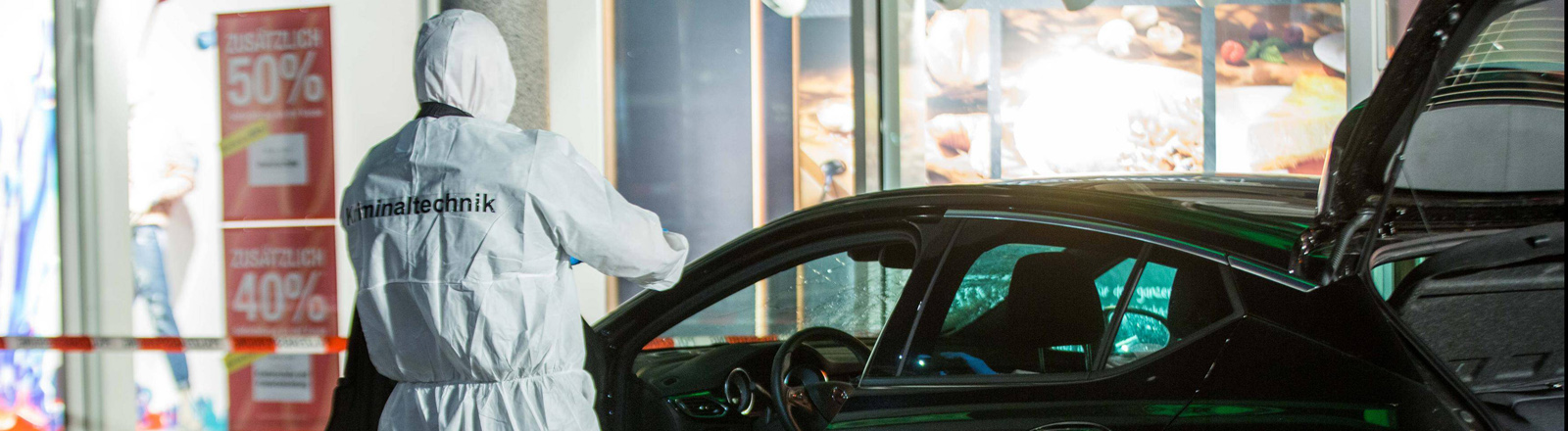 Ein Sicherheitsbeamter untersucht das Auto des Attentäters von Heidelberg