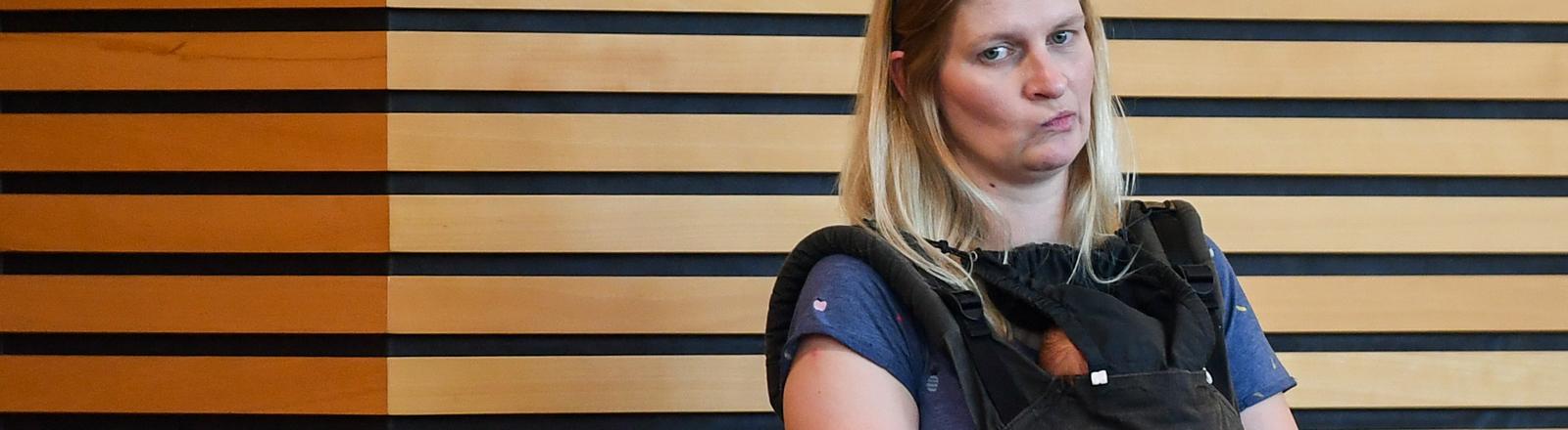 Erfurt: Die Abgeordnete Madeleine Henfling (Grüne) steht mit ihrem neugeborenen Baby im Thüringer Landtag