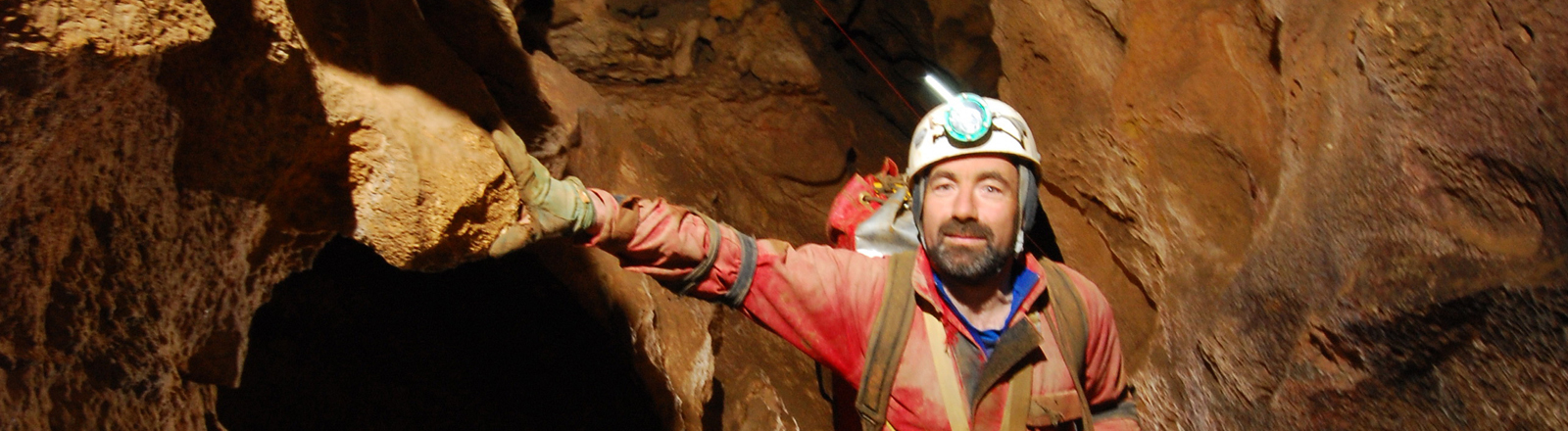 Der Forscher Johann Westhauser steht am Samstag (31.10.2009) in einem der horizontalen Gänge der Riesending-Höhle im Untersberg bei Berchtesgaden.