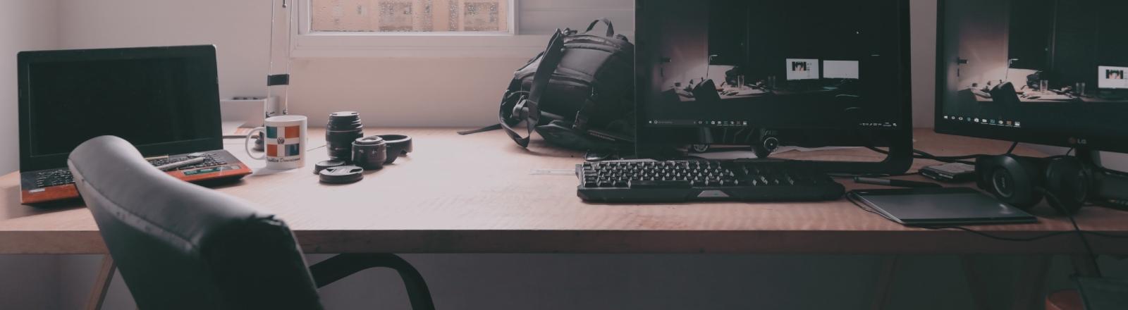 Rechner und Monitore, keine Kolleginnen, keine Kollegen: Homeoffice (Symbolbild)
