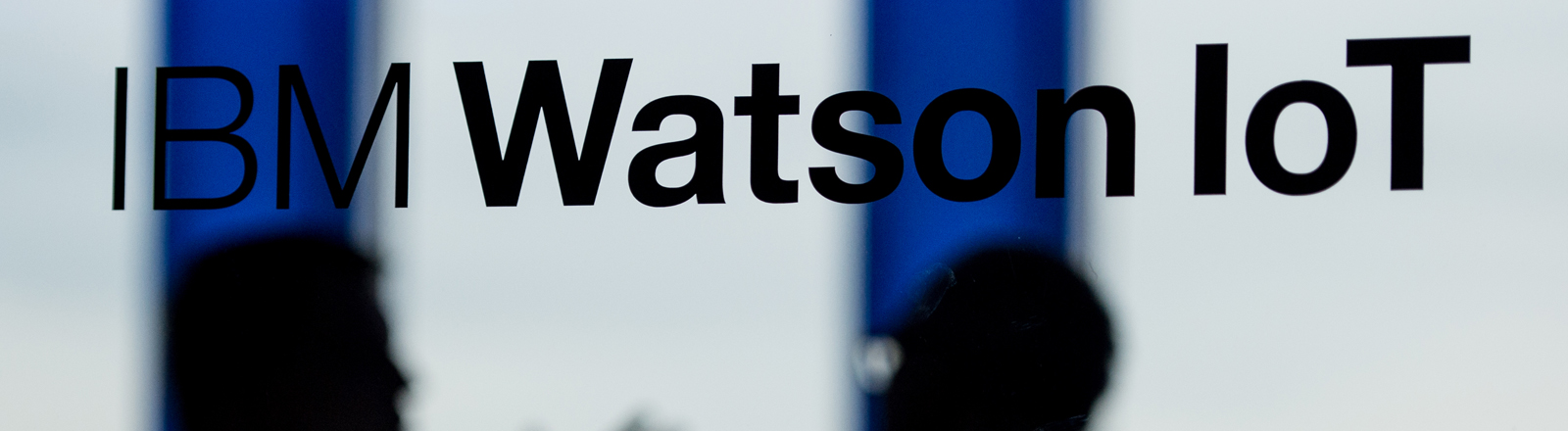 """Der Schriftzug """"IBM Watson IoT"""" ist am 15.12.2015 an einer Glasscheibe in den Räumen von IBM in den Highlight Towers in München (Bayern) zu sehen."""