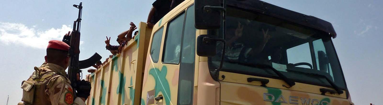 Ein Militärtransporter im Muthanna-Stützpunkt in Bagdad, Irak