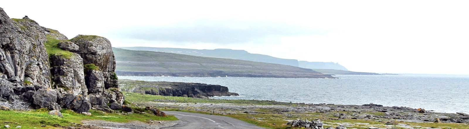 Eine Küstenstraße in Irland