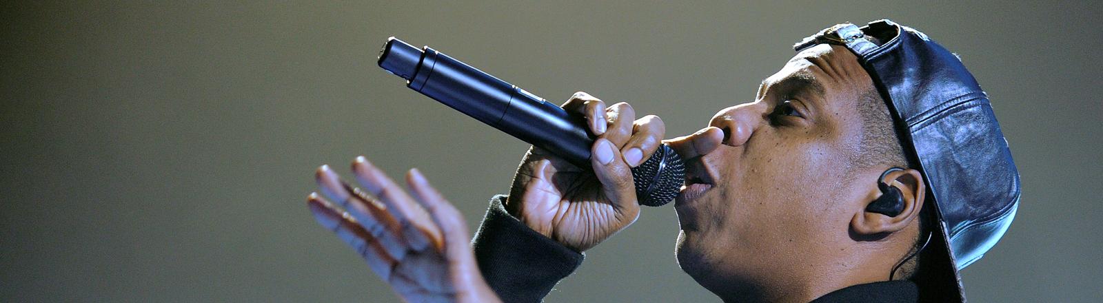 """Der US-amerikanische Sänger Jay Z steht am 27.10.2013 in Hamburg im Rahmen seiner """"Magna Carter World Tour"""" auf der Bühne der O2 World."""