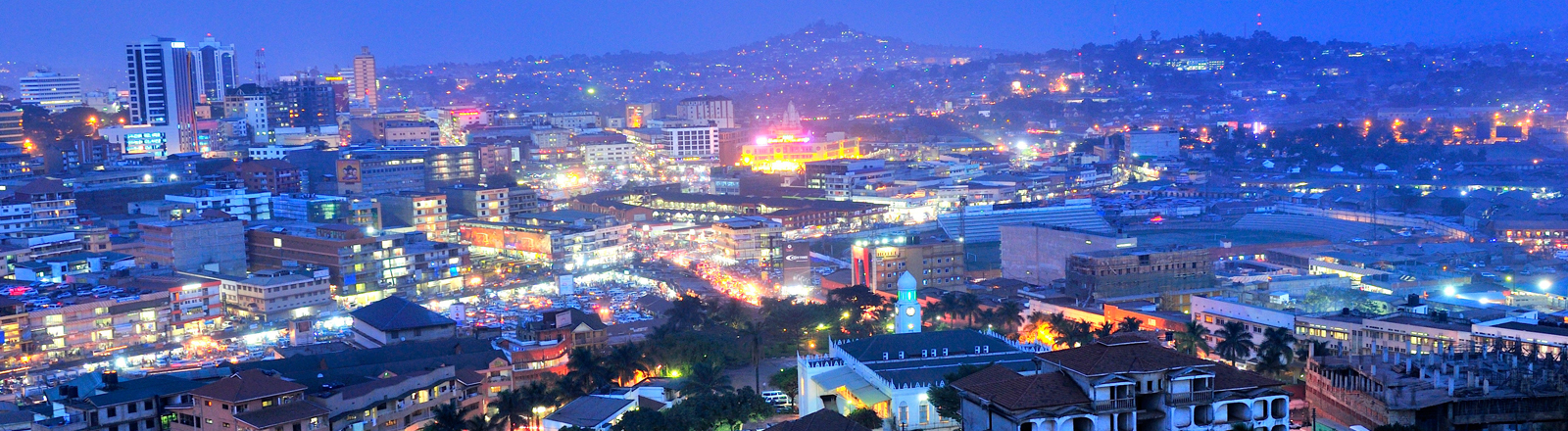 Kampala ist Haupstadt und größte Stadt Ugandas. Überall werden neue, moderne Gebäude gebaut. Kampala ist eine von Afrikas am schnellsten wachsenden Städten.