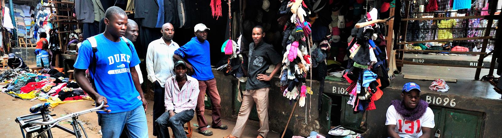 Als Owino Markt bekannt, ist der St. Balikuddembe Markt der größte Markt in Ostafrika. Über 7.000 Verkäufer bieten hier Alltagsgegenstände an. Der größte Teil sind Second-Hand-Klamotten.