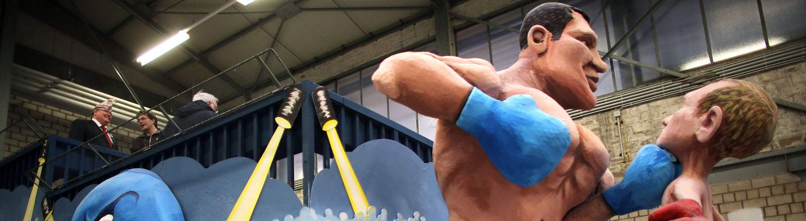 Der Motivwagen des Rosenmontagszuges zeigt am 25.02.2014 in Köln (Nordrhein-Westfalen) den ukrainischen Boxer und Oppositionspolitiker Vitali Klitschko (l) im Kampf gegen den russischen Präsidenten Wladimir Putin.
