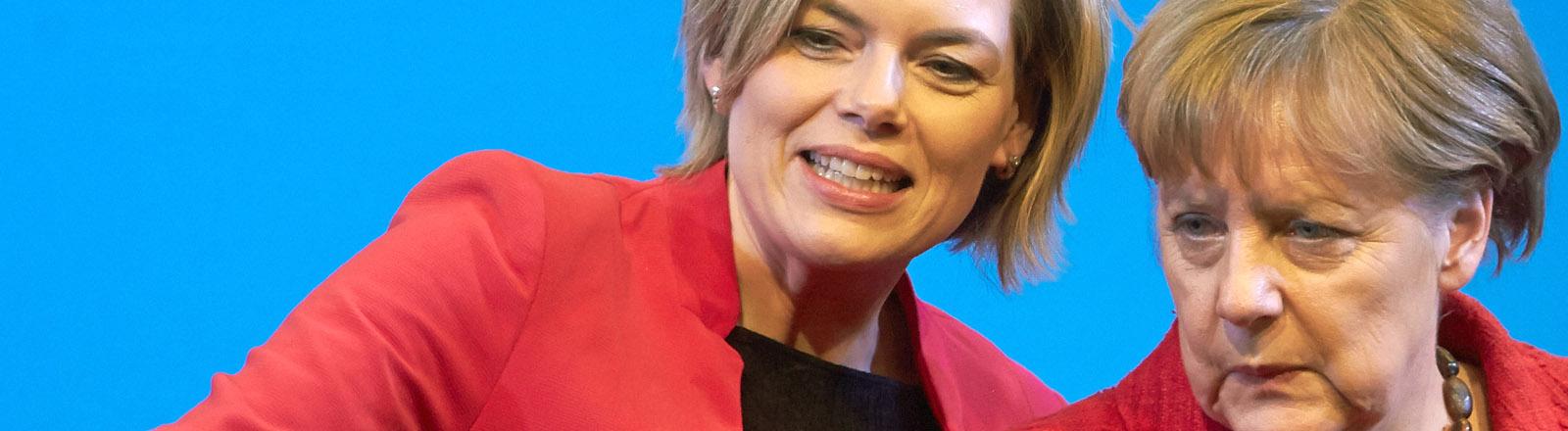 Bundeskanzlerin Angela Merkel (CDU, r) und die Spitzenkandidatin der CDU für die Landtagswahlen in Rheinland-Pfalz, Julia Klöckner, unterhalten sich am 09.03.2016 bei einem Wahlkampfauftritt in Bad Neuenahr (Rheinland-Pfalz).