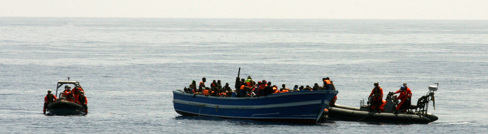 Soldaten der Fregatte Hessen bergen am 08.05.2015 im Mittelmeer 130 Seemeilen vor der italienischen Insel Lampedusa Schiffbrüchige von einem Boot.