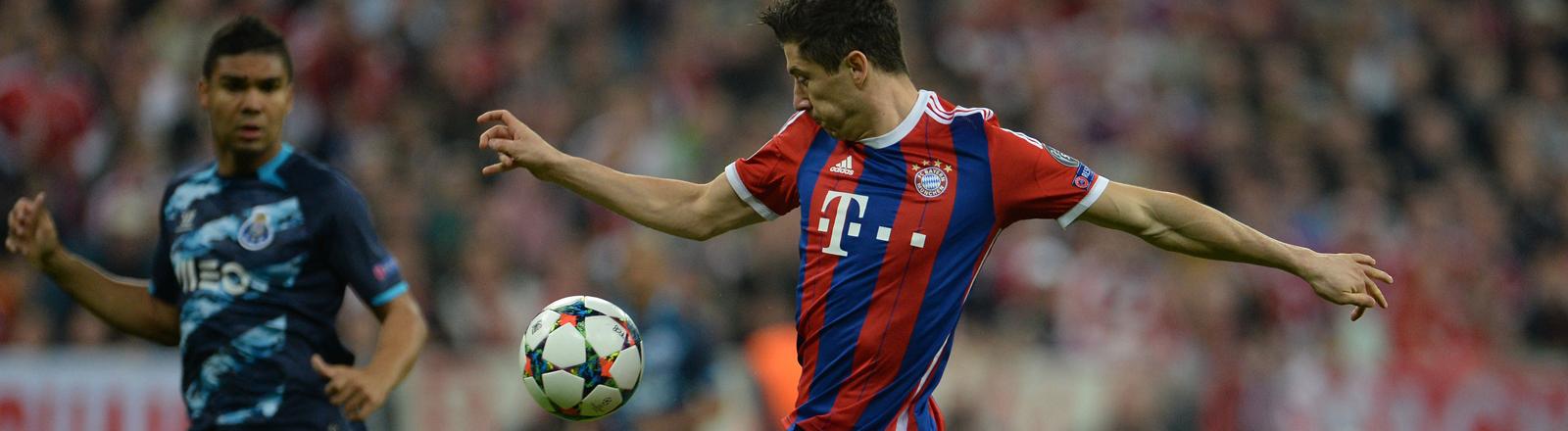 Fußball Champions League Viertelfinale Rückspiel: FC Bayern München - FC Porto am 21.04.2015 in der Arena in München (Bayern). Robert Lewandowski von München schießt aufs Tor.