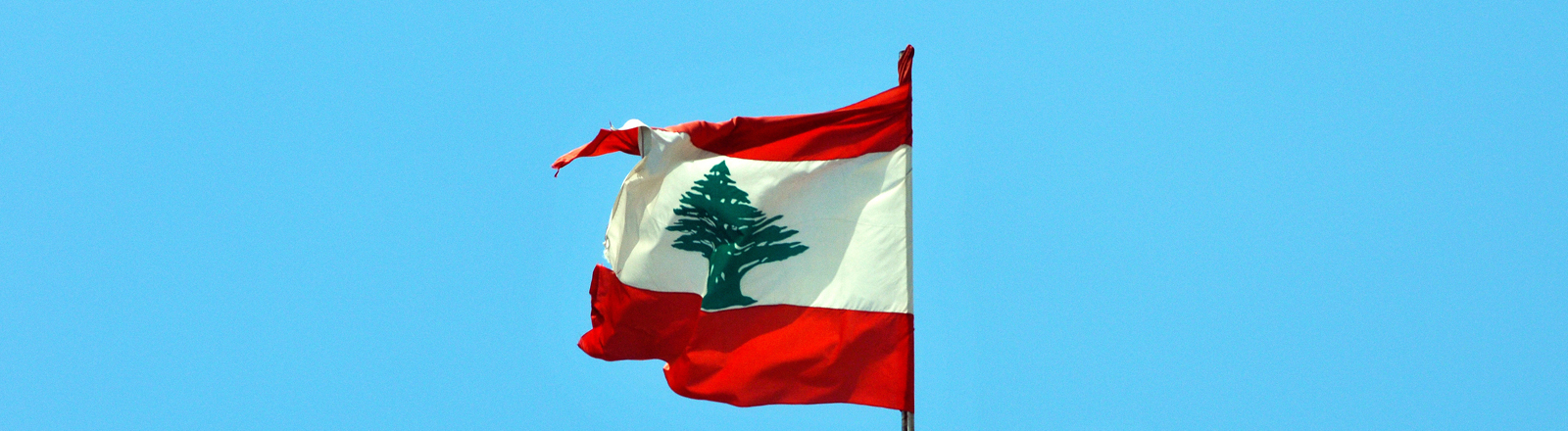 Libanesische Flagge mit dem Zedernbaum an einem Gebäude in Beirut, aufgenommen am 28.04.2014.