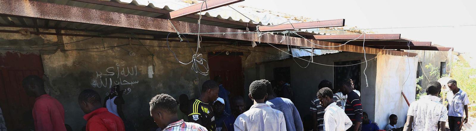 Von der Küstenwache aufgegriffene Flüchtlinge in Garabulli, Libyen