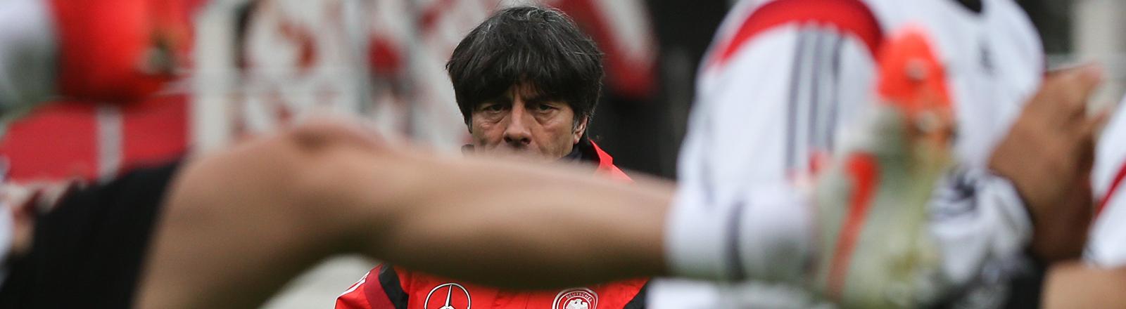 Bundestrainer Joachim Löw sieht am 12.05.2014 beim Abschlusstraining der deutschen Fußball-Nationalmannschaft im Millerntor Stadion in Hamburg seinen Spielern zu.