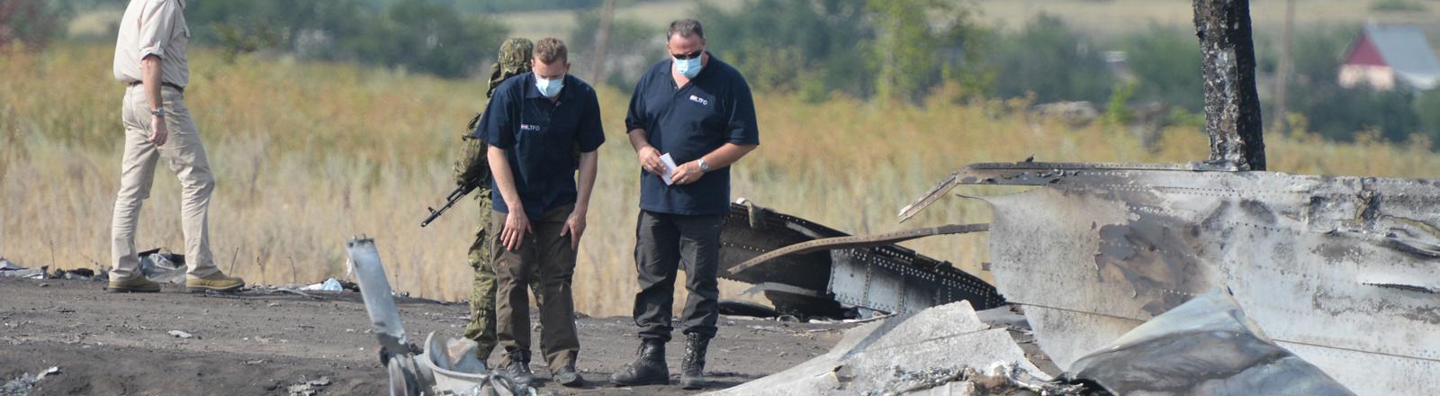 Experten an der Absturzstelle von MH-17 in der Ostukraine