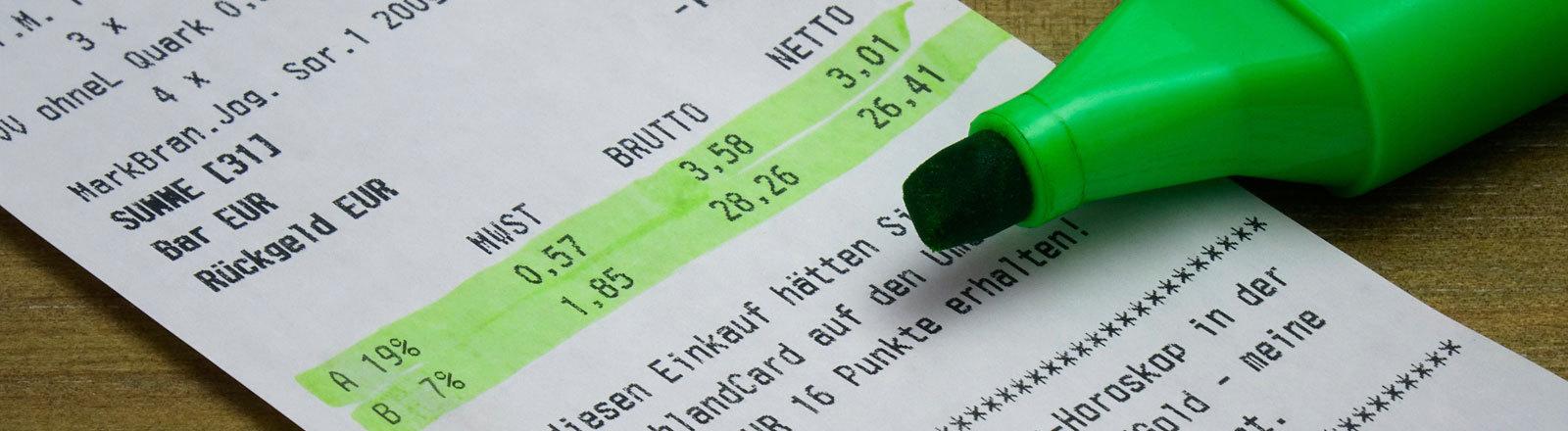 Ein grüner Marker hat die Mehrwertsteuer angestrichen.