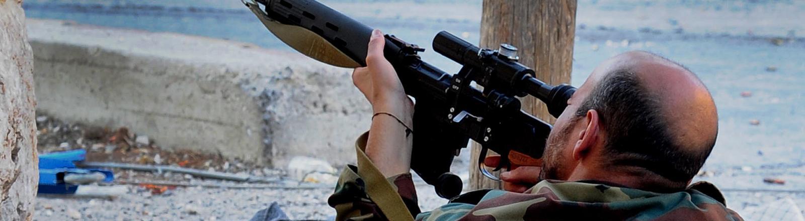 Ein syrischer Soldat mit Scharfschützengewehr Maalula