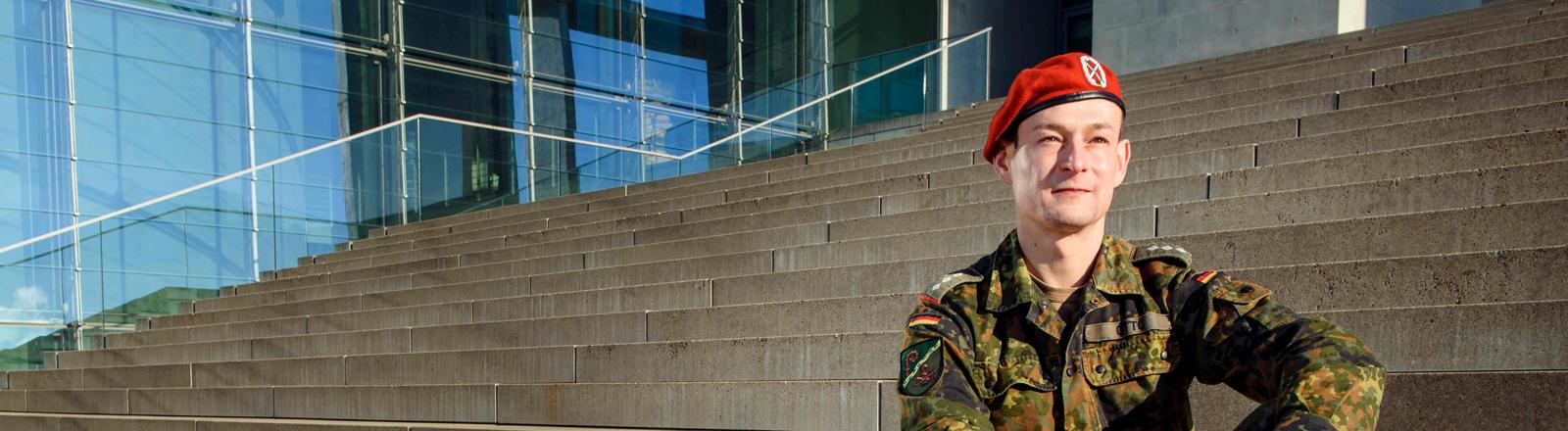 Der Offizier und Vorsitzende des Arbeitskreises Homosexueller Angehöriger der Bundeswehr e.V., Hauptmann Marcus Otto, schaut am 27.01.2017 in Berlin in die Kamera.