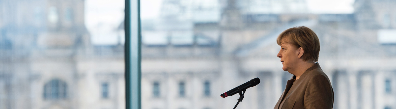 Bundeskanzlerin Angela Merkel (CDU) gibt am 18.11.2015 in der Skylobby des Bundeskanzleramtes in Berlin vor der Kulisse des Reichstages ein Statement zur Absage des Fußball-Länderspiels Deutschland - Niederlande vom Vortag.
