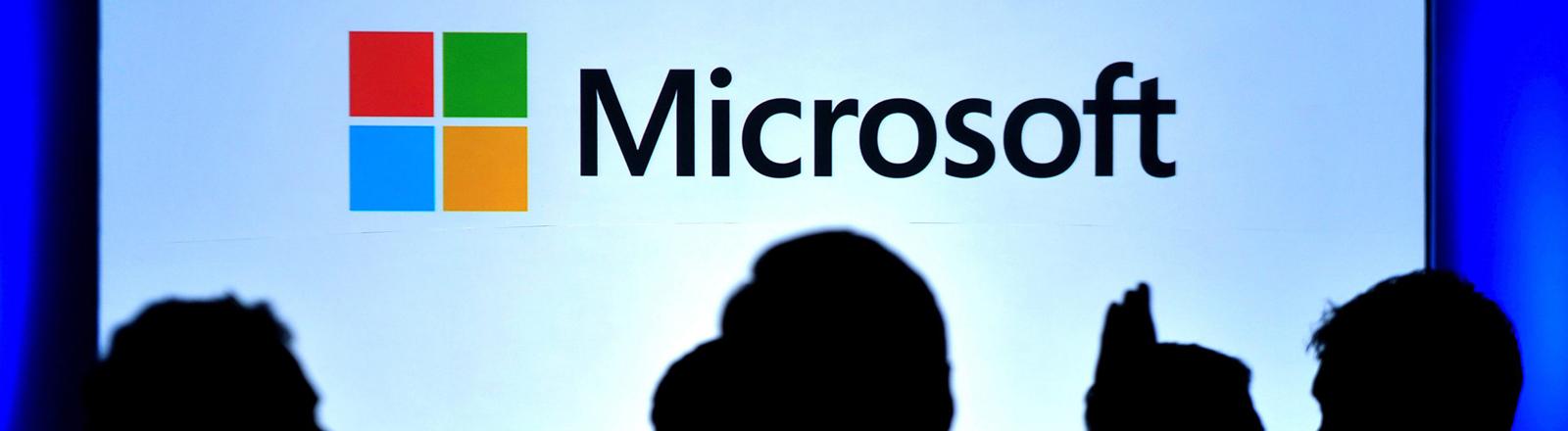 Besucher vor dem Microsoft-Logo