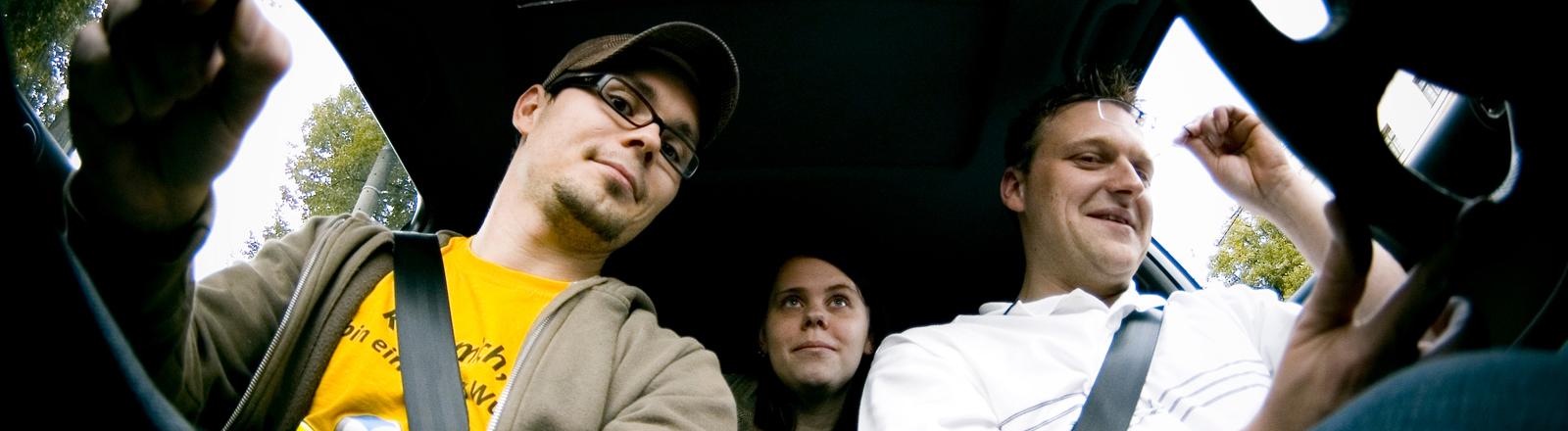 Fahrer und Mitfahrer in einem Auto