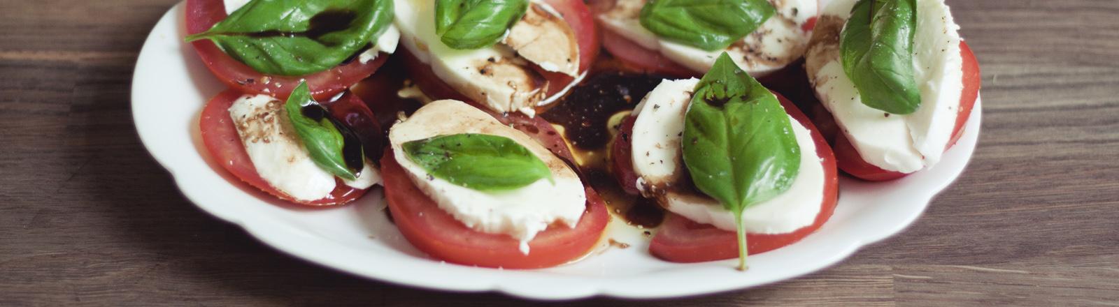 Ein Teller mit Tomate und Mozzarella