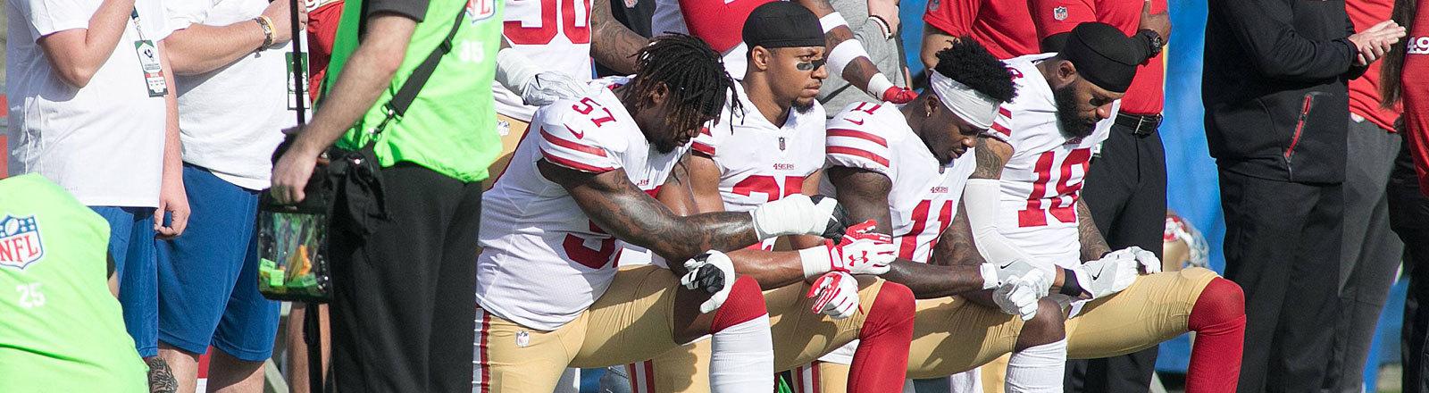 Footballspieler der San Francisco 49ers knien am 31.12.2017 während der Nationalhymne