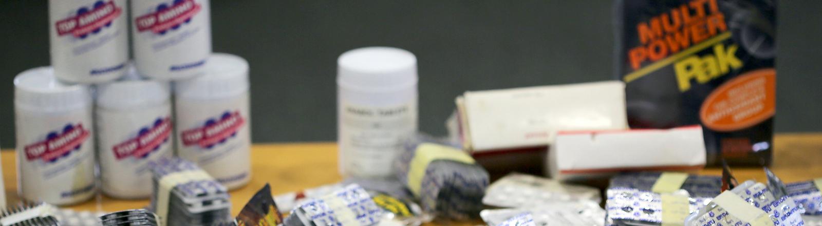 Gefälschte Medikamente und Nahrungsergänzungsmittel liegen am 15.10.2013 in Köln (Nordrhein-Westfalen) im Zollkriminalamt auf dem Tisch.