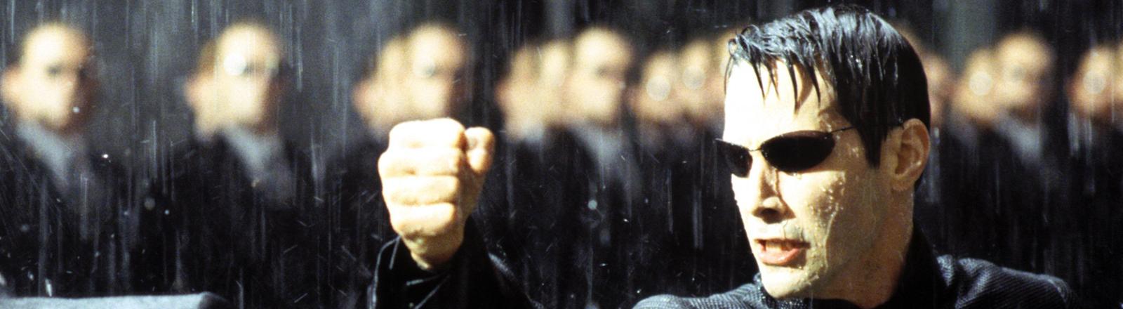 """Thomas """"Neo"""" Anderson (Keanu Reeves, r.) setzt sich in dem neuen Kinofilm """"Matrix Revolutions"""" mit Agent Smith (Hugo Weaving) auseinander"""