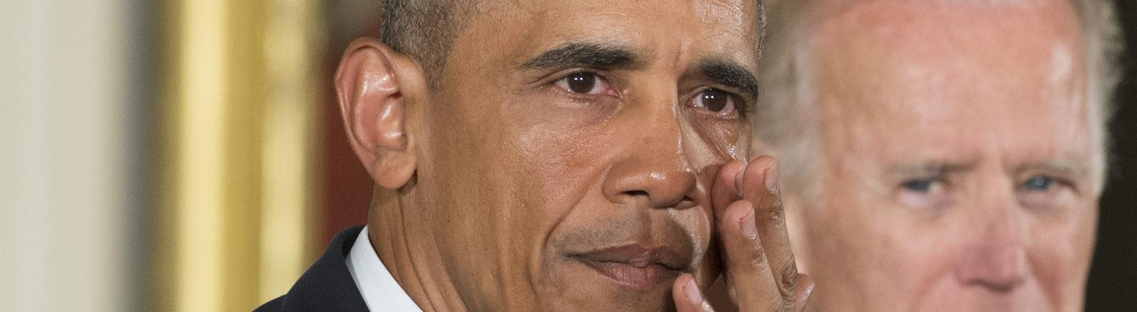Barack Obama wischt sich eine Träne weg