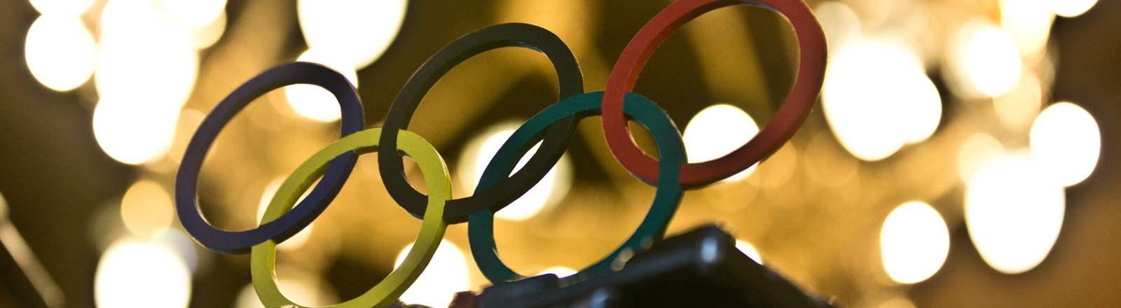 Die Requisiten eines Fernsehteams, Olympische Ringe aus Holz, stehen am 08.10.2015 auf einem Kamerastativ bei einer Pressekonferenz zum Finanzreport für die Olympischen Spiele 2024 in Hamburg.