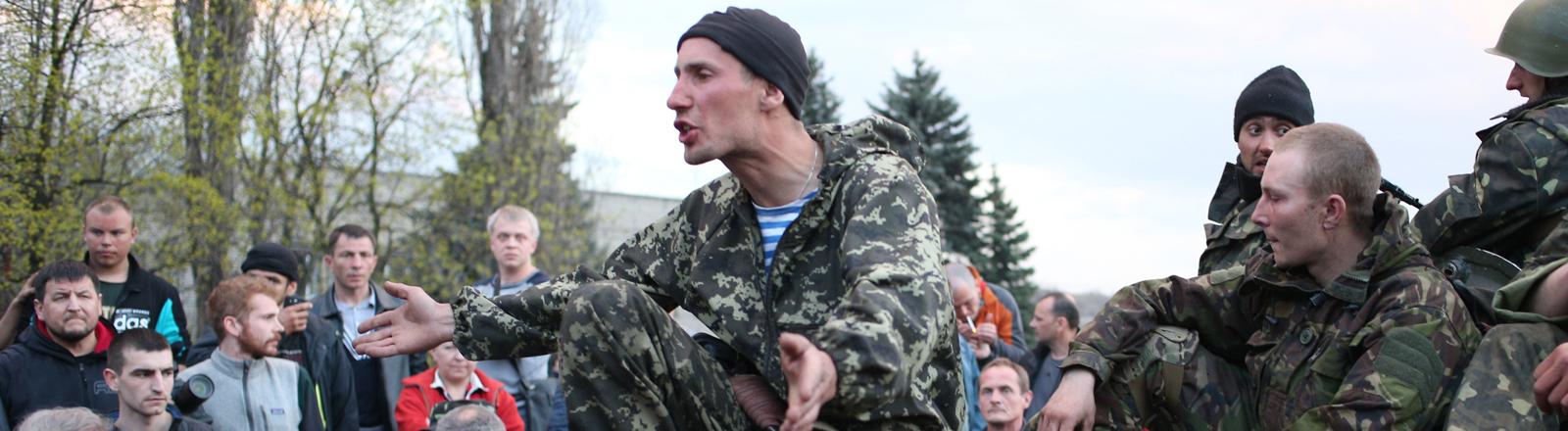 Ukrainische Soldaten werden außerhalb von Kramatork von Bürgern aufgehalten.