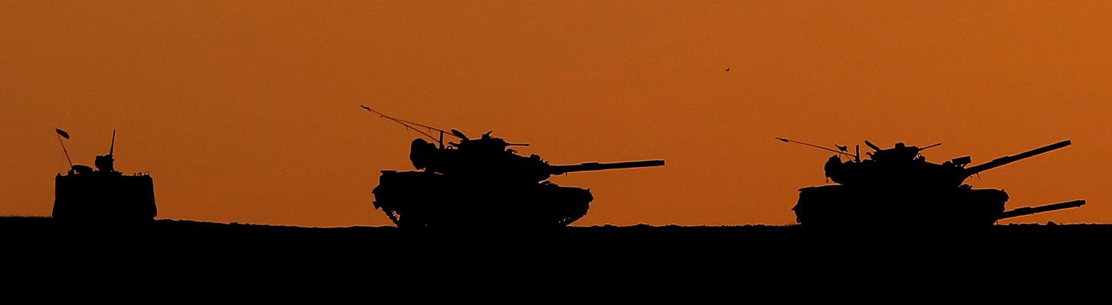 Türkische Panzer an der türkisch-syrischen Grenze