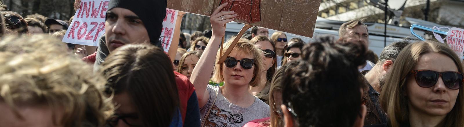Demonstranten gegen ein schärferes Abtreibungsgesetz vor dem Sejm in Warschau.