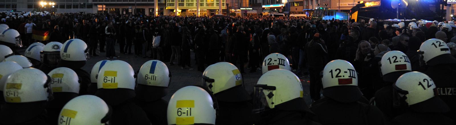 """Die Polizei hat am 26.10.2014 in Köln (Nordrhein-Westfalen) während einer Demonstration von Hooligans bei der Aktion """"Gemeinsam gegen Salafismus"""" die Teilnehmer umringt."""